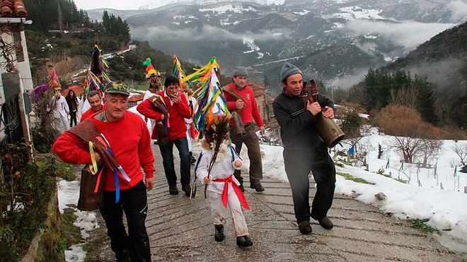 Piasca celebra el carnaval bajo la lluvia