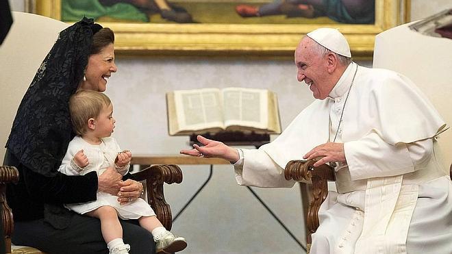 Leonore de Suecia juega con el Papa Francisco