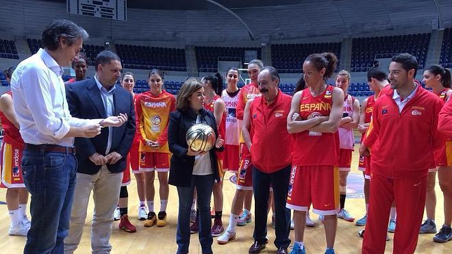 """Saenz de Santamaría visita al equipo femenino, al que desea """"mucha suerte"""""""