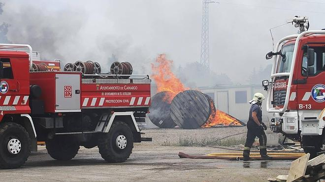 Un incendio en el polígono 'La Verde' de Camargo causa la alarma entre los vecinos