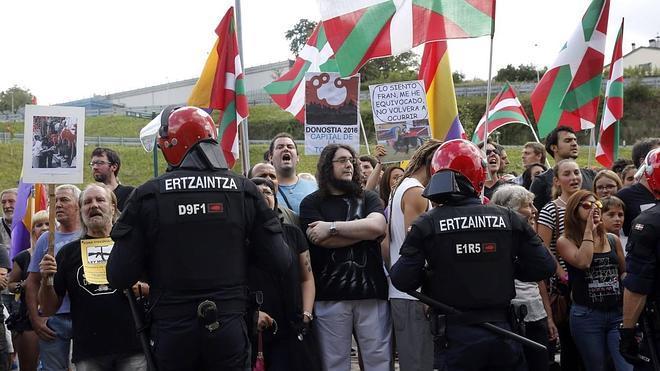 Unas 200 personas protestan en Illumbe contra el regreso de los toros y el rey Juan Carlos