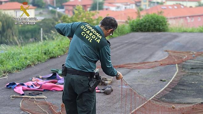La Guardia Civil sorprende a dos hombres pescando sin licencia en Santoña