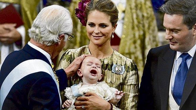 La familia real sueca bautiza al príncipe Nicolás