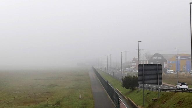 La intensa niebla vuelve a dificultar la circulación en las carreteras de Cantabria