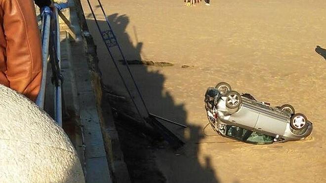 Un coche cae desde el aparcamiento hasta la playa del Camello
