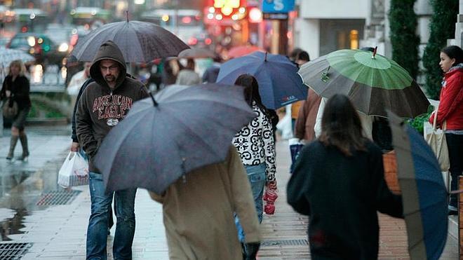 Los cántabros irán a votar con paraguas