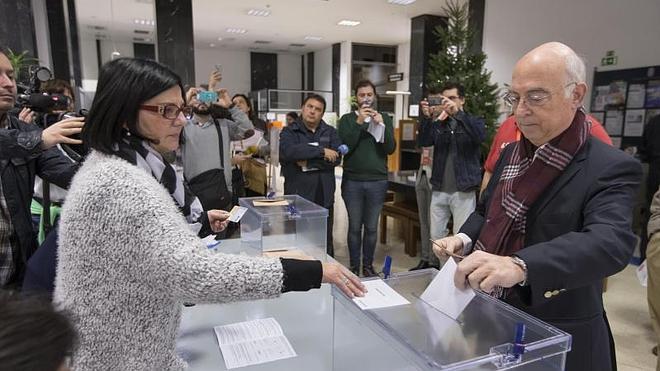 Carlos Pracht vota en silencio