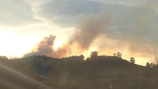 Un incendio en una zona ya quemada corta unas horas la vía entre Las Fraguas y Corrales