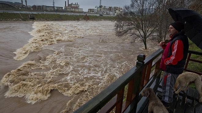 La incesante lluvia desborda los ríos cántabros y anega viviendas y carreteras