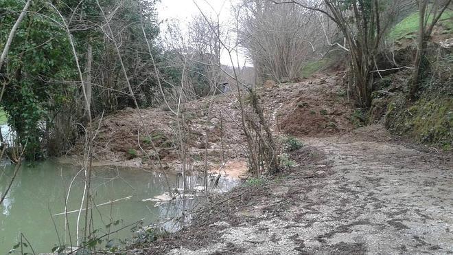 Un argayo en Borleña cambia el curso del río La Toba e impide el paso a los residentes