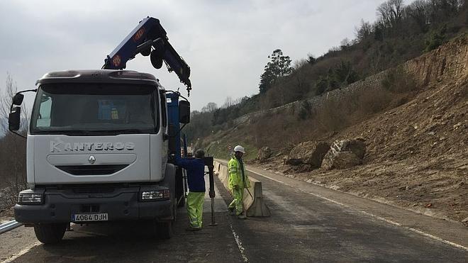 Reabierto el tráfico de la N-623 en Borleña tras retirar parte del argayo