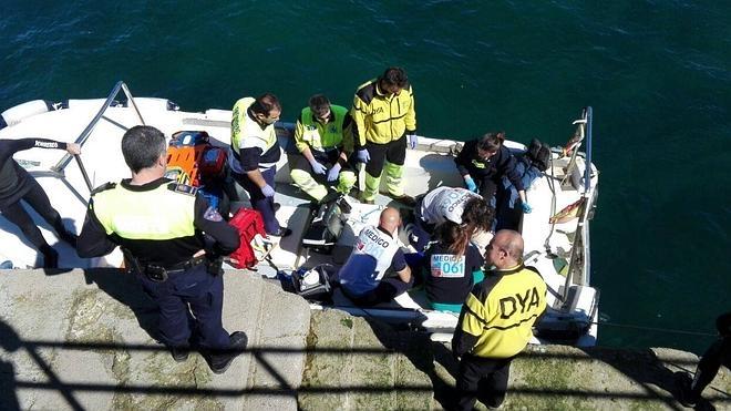 Dos hombres naufragan frente al rompeolas de Castro Urdiales