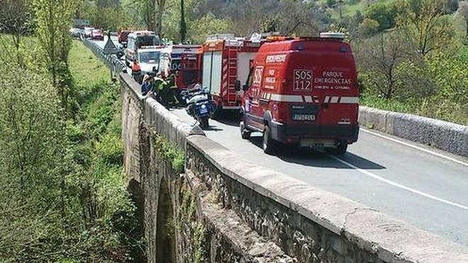Fallece un motorista al caer desde un puente en Ramales