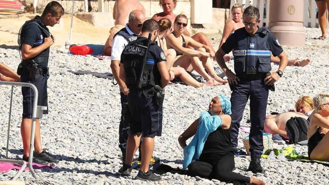 La exigencia a dos bañistas de quitarse la túnica en la playa desata la polémica en Francia