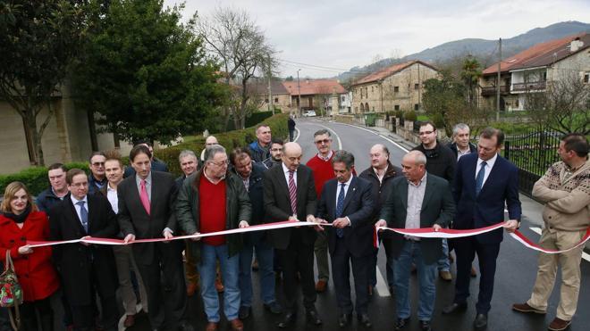 El Gobierno invierte casi 1,8 millones en la carretera entre Vega de Villafufre y Llerana