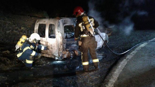 Se incendia una furgoneta en la carretera de Solórzano