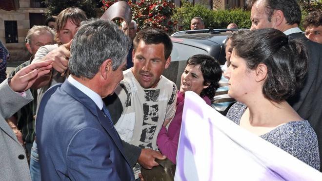 Ganaderos de Cabuérniga increpan a Revilla en Ruente